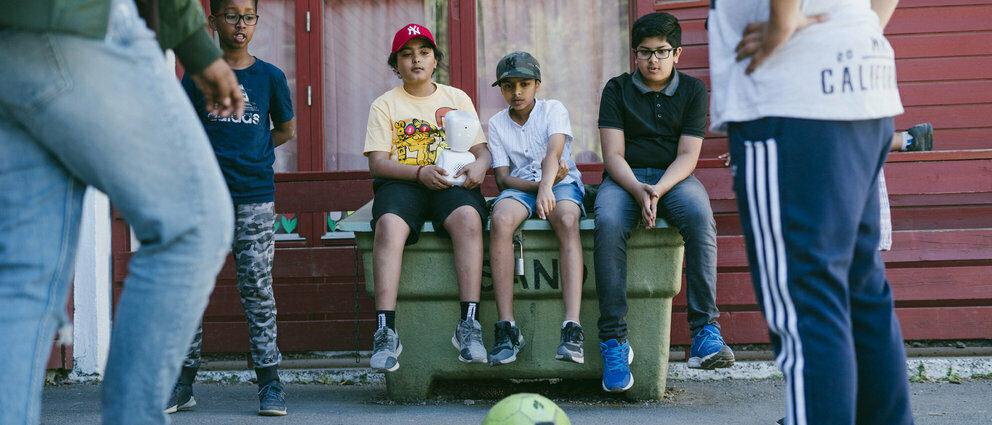 Gutter leker med AV1