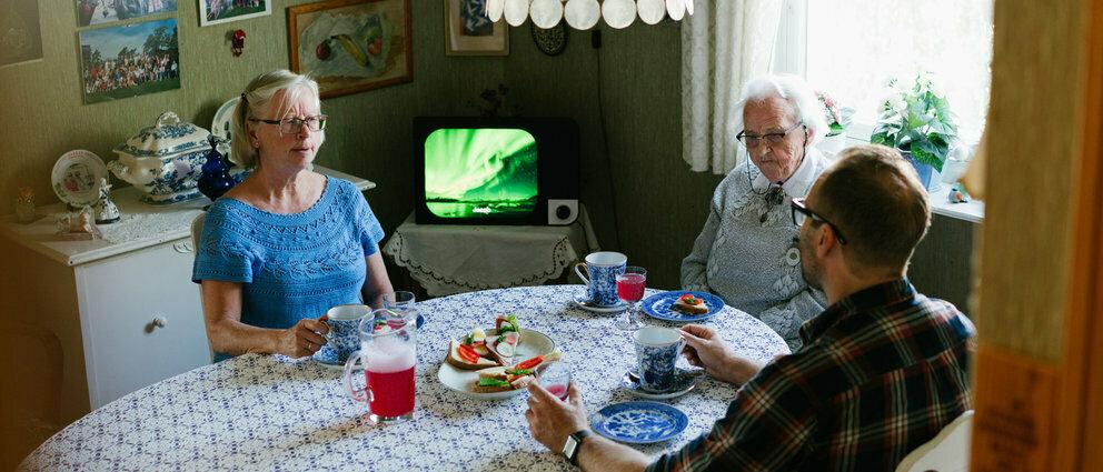 Familie spiser og Komp er i bakgrunnen