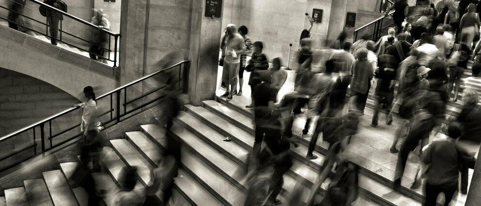 Bilde av mennesker som går i trapper