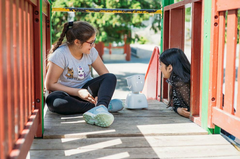 To jenter leker sammen med AV1