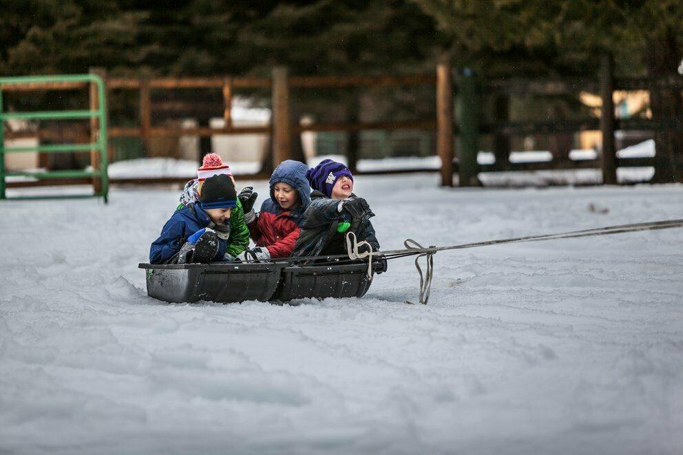 Barn leker i snøen